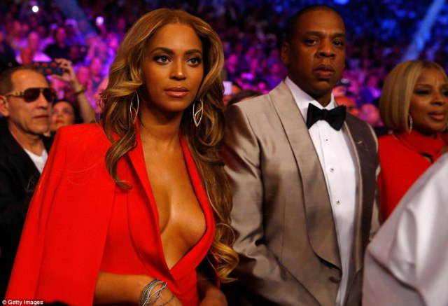 28424DAC00000578-3065819-Power_couple_Beyonc_and_Jay_Z_soaked_up_the_atmosphere_ahead_of_-m-57_1430651184626