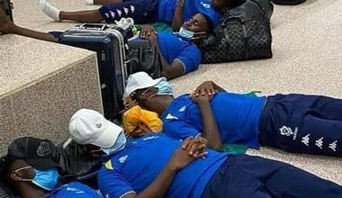 Photo of Aubameyang, teammates sleep on airport floor