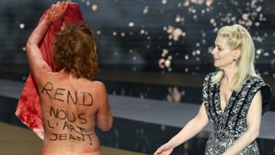 Photo of French actress strips at Cesar Awards to protest France's COVID-19 strategy