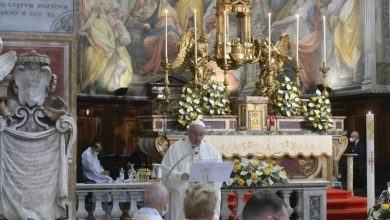 Photo of Pope celebrates mass of 'mercy' with prisoners, refugees
