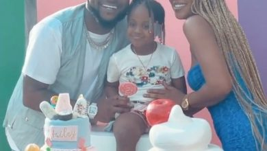 Photo of Davido spanks daughter, Hailey as she twerks at birthday party