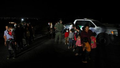 Photo of U.S. stops flying migrant families across southern border states amid pressure from advocates