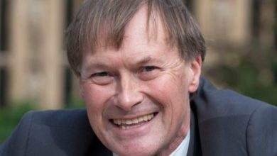 Photo of British police officially declare fatal stabbing of MP David Amess 'Terrorist incident'