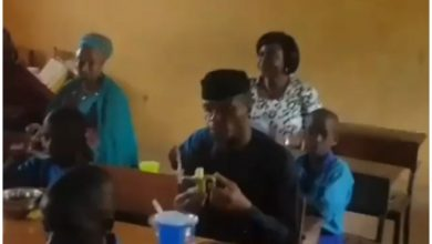 Photo of Nigerians React to Video of Vice President, Yemi Osinbajo Eating Banana with Primary School Pupils